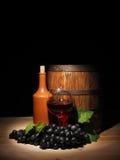 Vidro do vinho tinto e do tambor na tabela de madeira Fotografia de Stock Royalty Free