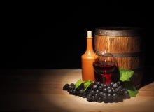 Vidro do vinho tinto e do tambor na tabela de madeira Fotografia de Stock