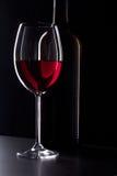 Vidro do vinho tinto na obscuridade Imagens de Stock Royalty Free