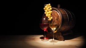 Vidro do vinho vermelho, branco e do tambor na tabela de madeira Imagens de Stock Royalty Free