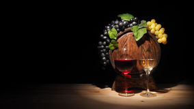 Vidro do vinho vermelho, branco e do tambor na tabela de madeira Imagens de Stock