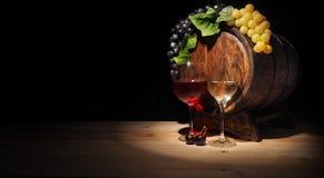 Vidro do vinho vermelho, branco e do tambor na tabela de madeira Foto de Stock Royalty Free