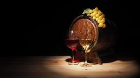 Vidro do vinho vermelho, branco e do tambor na tabela de madeira Foto de Stock