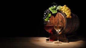 Vidro do vinho vermelho, branco e do tambor na tabela de madeira Fotos de Stock