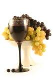 Vidro do vinho vermelho e das uvas Foto de Stock