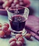 Vidro do vinho vermelho e de uvas frescas Imagem de Stock Royalty Free