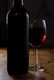 Vidro do vinho vermelho e do frasco Foto de Stock
