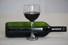 Vidro do vinho vermelho e do frasco fotografia de stock