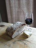 Vidro do vinho vermelho, queijo azul Foto de Stock Royalty Free