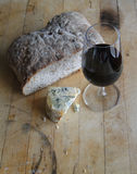 Vidro do vinho vermelho, queijo azul Imagem de Stock