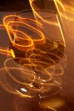 Vidro dourado do uísque e de linhas amarelas Fotos de Stock