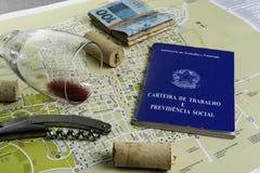 Vidro e corti?a de vinho no mapa para o planeamento da rota Autoriza??o de trabalho brasileira imagem de stock royalty free