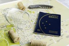 Vidro e corti?a de vinho no mapa para o planeamento da rota Passaporte brasileiro imagens de stock