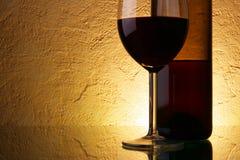 Vidro e frasco com vinho fotos de stock