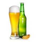 Vidro e frasco de cerveja com microplaquetas fotografia de stock royalty free