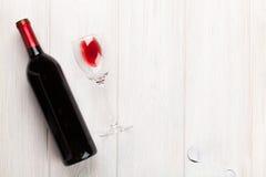 Vidro e frasco de vinho vermelho Fotografia de Stock