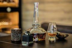 Vidro e frasco do licor Fotografia de Stock