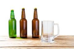 Vidro e garrafa da cerveja sem logotipos tabela de madeira no espaço isolado da cópia, zombaria da garrafa acima Estúdio da garra fotografia de stock