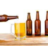 Vidro e garrafa da cerveja sem logotipos tabela de madeira no espa?o isolado da c?pia, zombaria da garrafa acima Est?dio da garra fotografia de stock