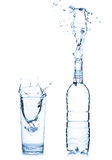 Vidro e garrafa de água fotografia de stock royalty free