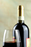 Vidro e garrafa do vinho tinto italiano fino Foto de Stock Royalty Free