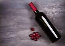 Vidro e garrafa do vinho vermelho e branco com uva Do vinho vida ainda Imagens de Stock