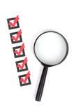 Vidro e lista de verificação da lente de aumento Imagens de Stock Royalty Free