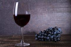 Vidro e uva no fundo de madeira Ainda vida 1 Imagens de Stock