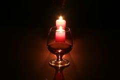 Vidro e vela do conhaque da foto da composição do Natal no fundo preto Fotos de Stock Royalty Free