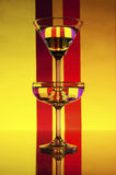 Vidro em um fundo das cores (vermelho, cor-de-rosa, amarelo) fotos de stock royalty free