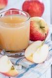 Vidro enchido com o suco de maçã fresco imagens de stock royalty free
