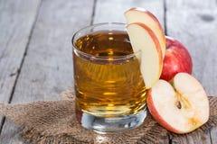 Vidro enchido com o sumo de maçã fresco imagem de stock royalty free