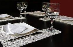 Vidro, forquilha e faca na tabela do restaurante Foto de Stock Royalty Free