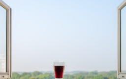 Vidro grande do café na janela aberta Foto de Stock