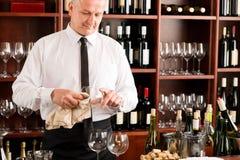 Vidro limpo do empregado de mesa da barra de vinho no restaurante Fotografia de Stock Royalty Free