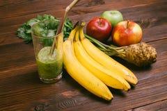 Vidro meio cheio do batido com palha, banana, raiz de aipo e Fotografia de Stock