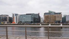 Vidro moderno e prédios de escritórios de aço na área reconstruída das zonas das docas de Dublin, Irlanda imagem de stock royalty free