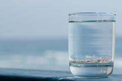 Vidro na água imagem de stock