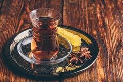Vidro oriental com as especiarias do chá na bandeja foto de stock royalty free