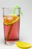 Vidro orvalhado do suco com gelo, e limão Foto de Stock