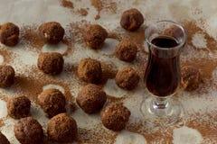 Vidro pequeno do licor e de doces caseiros Fotografia de Stock