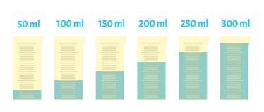Vidro plástico de medição com capacidade diferente da água ilustração royalty free