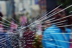 Vidro quebrado do protetor da janela fotografia de stock