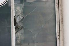 Vidro quebrado em uma janela imagens de stock