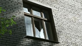 Vidro quebrado no quadro de janela Destruição ou dano ao público ou à propriedade privada Fachada de uma constru??o abandonada filme