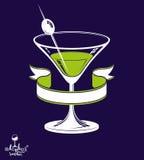 Vidro realístico de 3d martini com baga verde-oliva e a fita clássica, Fotos de Stock Royalty Free