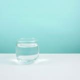 Vidro redondo pequeno da água pura Imagens de Stock
