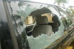 Vidro traseiro quebrado no carro, risco de acidente fotografia de stock