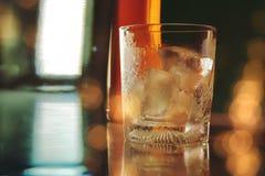 Vidro vazio com gelo na barra contrária Imagem de Stock Royalty Free