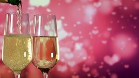 Vidro vazio de enchimento com champanhe efervescente sobre o fundo cor-de-rosa video estoque